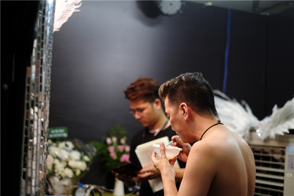 """""""Ông hoàng nhạc Việt"""" ăn vội bữa tối đơn giản để lấy sức chuẩn bị cho """"siêu show"""" bạc tỉ được anh chuẩn bị từ cách đây 6 tháng. - Tin sao Viet - Tin tuc sao Viet - Scandal sao Viet - Tin tuc cua Sao - Tin cua Sao"""