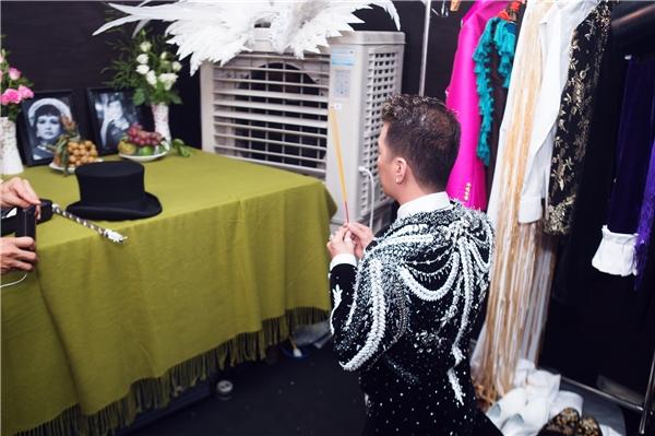 Điểm đặc biệt trong hậu trường Diamond Show chính là việc Đàm Vĩnh Hưng đã lập hẳn bàn thờ tưởng nhớ cố nghệ sĩ Thanh Nga và cố đạo diễn Huỳnh Phúc Điền. - Tin sao Viet - Tin tuc sao Viet - Scandal sao Viet - Tin tuc cua Sao - Tin cua Sao