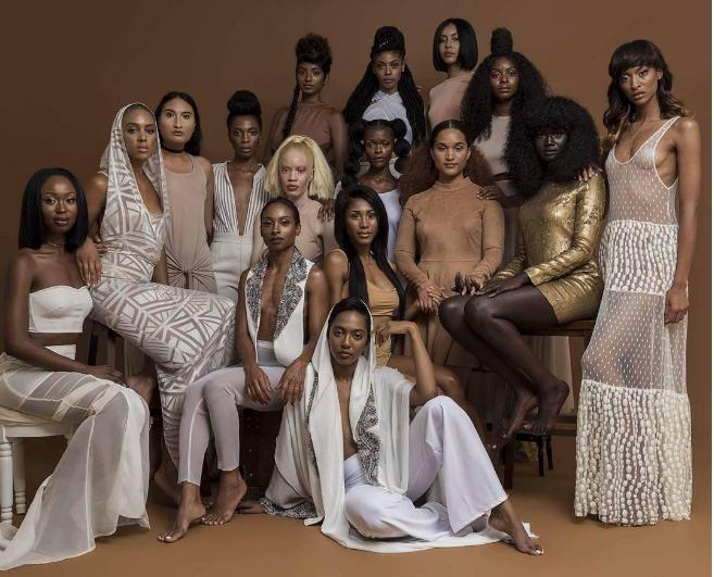 """Với làn da đen bóng kì lạ, Diop """"nổi bần bật"""" trong dàn người mẫu ảnh."""