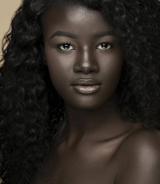 Cận cảnh cô gái trẻ có làn da đen kì lạ nhất thế giới