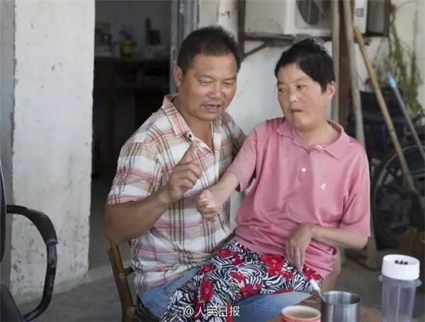 Rơi nước mắt trước cảnh chồng nghèo chu đáo chăm vợ liệt toàn thân