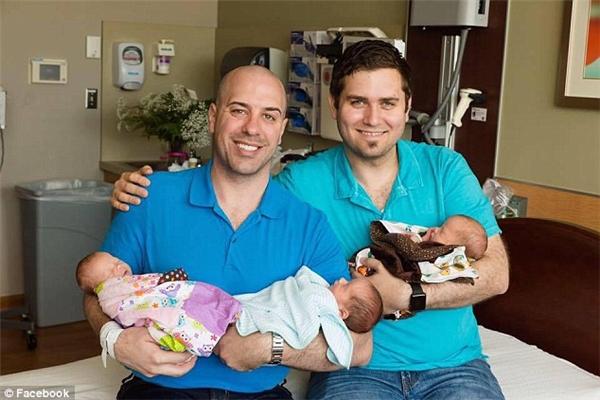 Justin Ruehs (trái) và chồng là Adam Smeets (phải) vỡ òa trong hạnh phúc khi được chào đón 3 đứa con khỏe mạnh, đáng yêu.