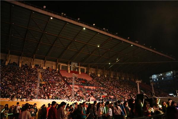 15.000 khán giả đã phủ kín SVĐ Quân khu 7 từ trước giờ liveshow chính thức diễn ra và liên tục hò reo, cổ vũ theo tên Đông Nhi tạo nên một khung cảnh vô cùng ấn tượng. - Tin sao Viet - Tin tuc sao Viet - Scandal sao Viet - Tin tuc cua Sao - Tin cua Sao