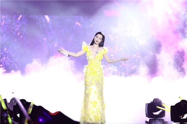 Đông Nhi hát cùng 15.000 khán giả bản hit Khóc - ca khúc mang cô đến gần hơn với công chúng. - Tin sao Viet - Tin tuc sao Viet - Scandal sao Viet - Tin tuc cua Sao - Tin cua Sao