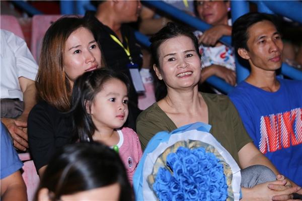 Nụ cười hạnh phúc của mẹ Đông Nhi khi nhìn thấy cô con gái nhỏ đã thật sự trưởng thành, thành công và được đông đảo khán giả yêu mến. - Tin sao Viet - Tin tuc sao Viet - Scandal sao Viet - Tin tuc cua Sao - Tin cua Sao