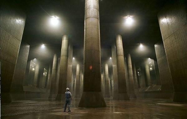 Để bảo vệ thành phố chống chọi lại thiên tai bão lũ, Nhật Bản đã cho xây dựng một hệthống cống dẫn nước khổng lồ nằm bên dưới mặt đất ngay gần thủ đô.