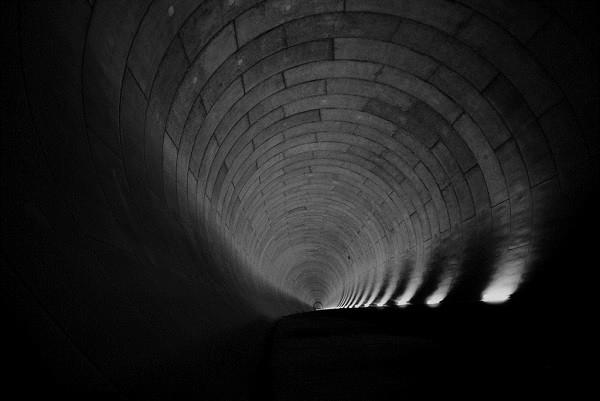 Đường hầm dài6,3kmkết nối các trụ đứng với nhau.