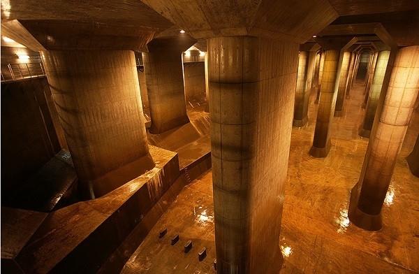 Bể kiểm soát áp lực khổng lồ mang tên Ngôi Đền (The Temple),có chức năng giảm áp lực của nước chảy đồng thờikiểm soát dòng nước trong trường hợp một máy bơm nào đó trong hệ thốngbị vỡ.