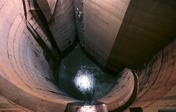 Ống dẫn nước xuống các giếng đứng khổng lồ.