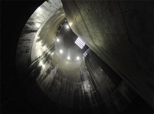 Trong ảnh là giếng đứng số 3. Công trình này được sử dụng khoảng 7 năm một lần, nhằm bảo vệ thủ đô Tokyo khỏi các trận lũ lụt.