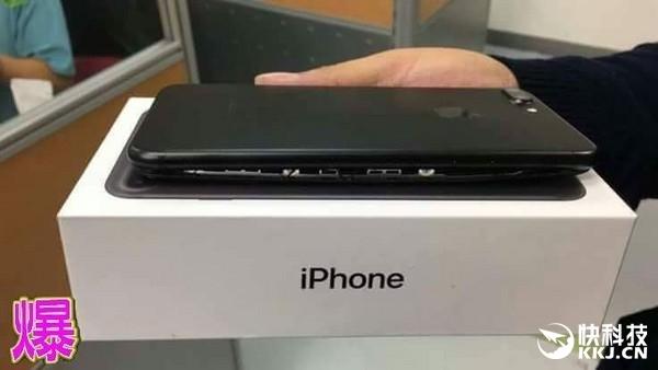Hình ảnh chiếc iPhone 7 bị phồng pin, thân máy tách đôi. (Ảnh: internet)