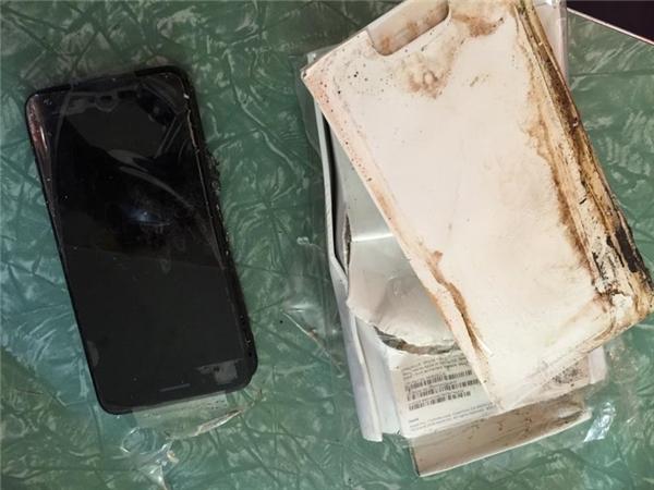 Đến lượt iPhone 7 Plus bị phồng pin, thân máy bị tách đôi