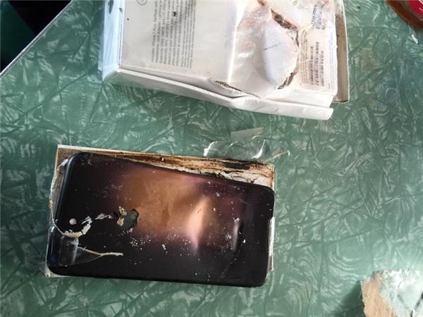 Chiếc iPhone 7 Plus củaKroopthesnoop bị phát nổ khi còn trong hộp. (Ảnh: internet)