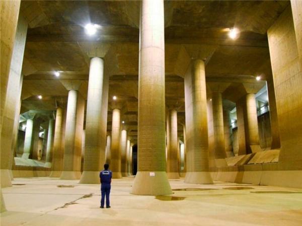 Quang cảnh rực rỡ bên trong cống thoát nước ngầmG-Cans.