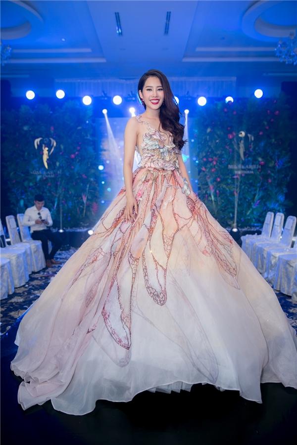 Đây cũng là lần đầu tiên một đại diện nhan sắc Việt Nam trước ngày lên đường đã tiết lộ công khai tất cả những bộ trang phục quan trọng làm hành trang cho bản thân ở nước bạn.