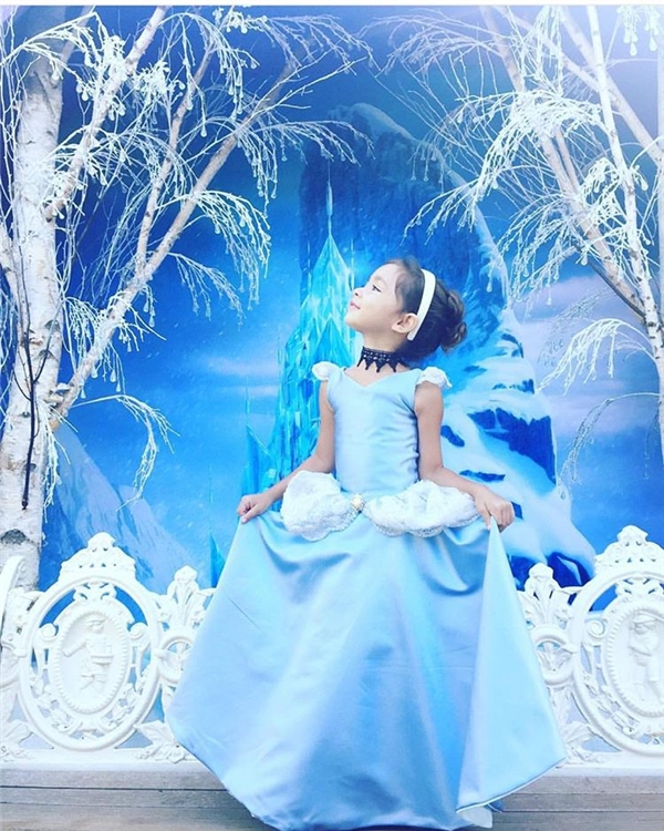 Cô bé sướng nhất thế giới vì có bố... tự tay may đầm công chúa cho mặc