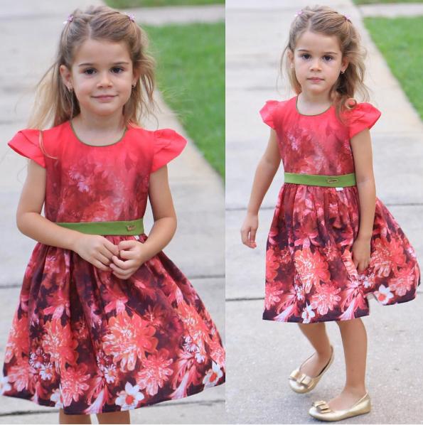 Yêu thích tông đỏ rực rỡ,Lavinya thường xuyên diện những mẫu đầm hoa màu này.