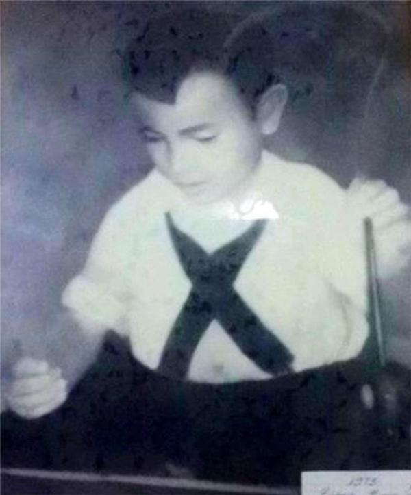 Năm 1973, cậu bé Khinh (khi ấy7 tuổi) đang biểu diễn tạiNhàhát Lớn Hà Nội. (Ảnh: Internet)