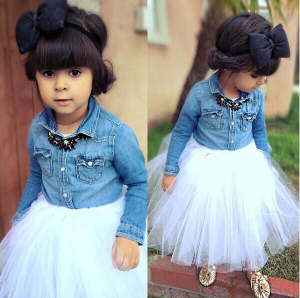 Đôi khi cô bé cũng được mẹ diện cho những bộ đầm công chúa xinh xắn không kém phần cá tính.