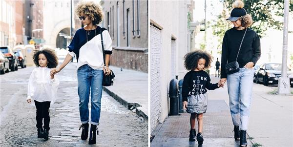 Hai mẹ con trong những bộ cánh sành điệu dắt tay nhau đi dạo phố.