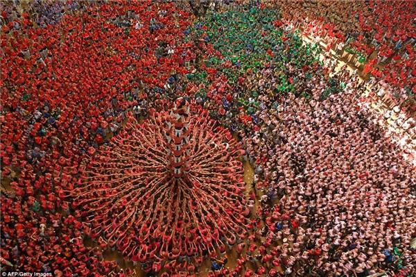 Đội màu đỏ xây được tháp người cao 8 tầng trước sự kinh ngạc của mọi người.