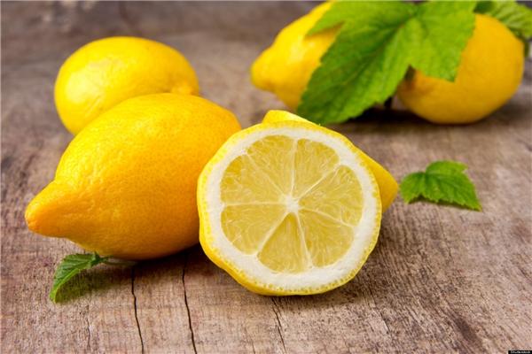 Acid citric trong chanh có thể tiêu diệt vi khuẩn gây mùi giúp bạn loại bỏ mùi hôi. (Ảnh: Internet)