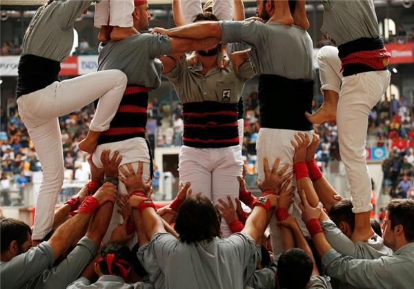 Các thành viên đều phải cóđai quấn quanh hông để hỗ trợ lưng dưới cũng như tạo ra vị trí để người chơi bám tay hoặc đặt chân vào và leo lên.