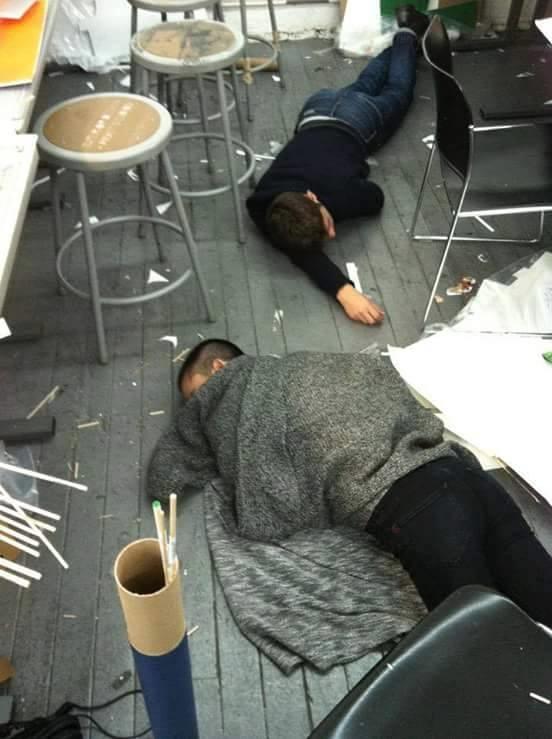 """Ngủ bất chấp có được tính là một """"kĩ năng"""" của sinh viên kiến trúc sau 4 - 5 năm học tập?(Ảnh: Facebook Kênh Kiến Trúc)"""