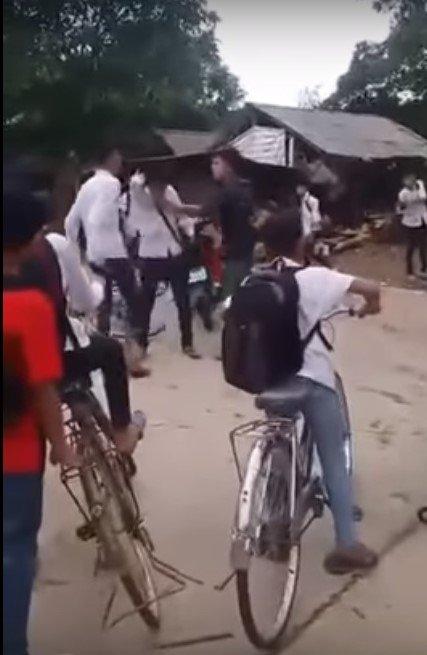 Hình ảnh nam sinh Huy bị đánh trước cổng trường THCS Âu Lâu, Yên Bái (Ảnh cắt từ clip)