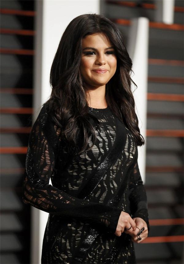 Đỉnh điểm là giai đoạn thăng trầm trong cuộc tình với Justin Bieber cùng với việc phải vào trai cai nghiện đã khiến nhan sắc Selena tuột dốc thấy rõ.