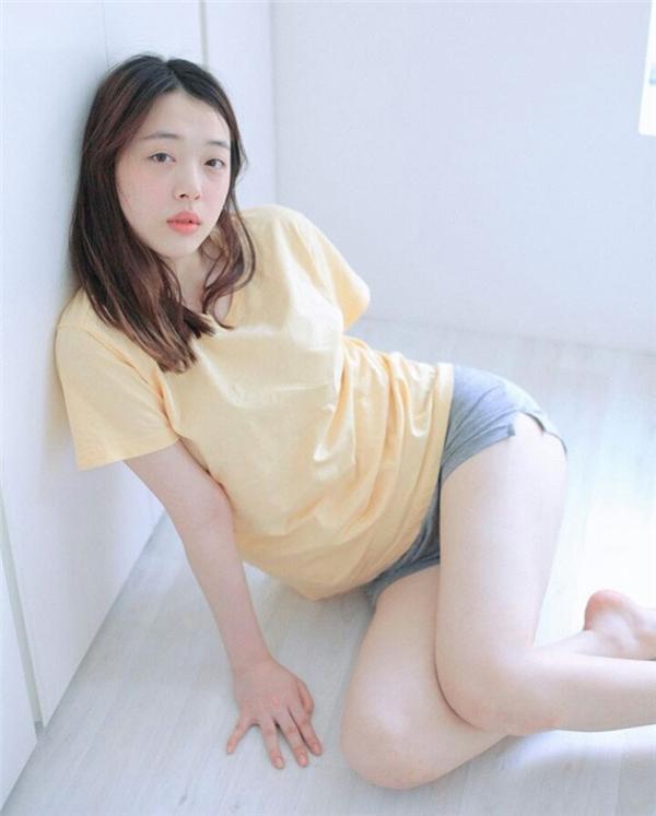 Trên SNS của mình, cô nàng bắt đầu chia sẻ những hình ảnh nổi loạn vấp phải phản ứng không đồng tình của dân mạng xứ Hàn.