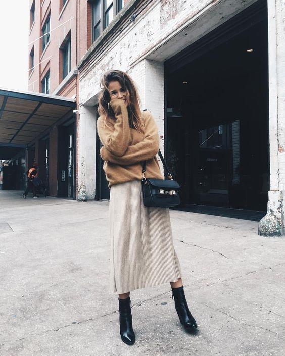 Boots cổ cao là một lựa chọn để kết hợp với chân váy midi len dáng suôn.