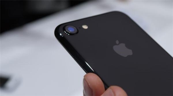Dù đã hứa mua điện thoại iPhone 7 cho người yêu nhưng chàng trai này lại thất hứa vì nghĩ nó không đáng tiền mình dành dụm.