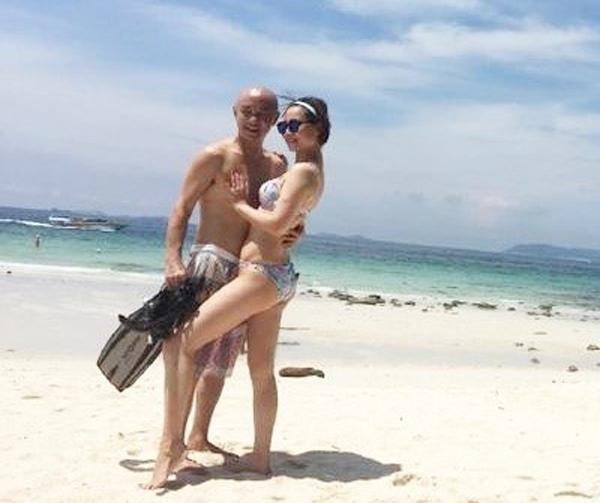 Trương Vệ Kiện chia sẻ hình ảnh bên bờ biển cùng vợ.