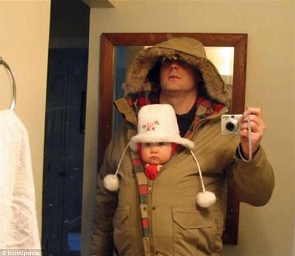 """""""Chụp kiểu ảnh làm bằng chứng rằng bố đã mặc cho con thật ấm áp trước khi cho con ra ngoài để mẹ con khỏi cằn nhằn nào""""."""