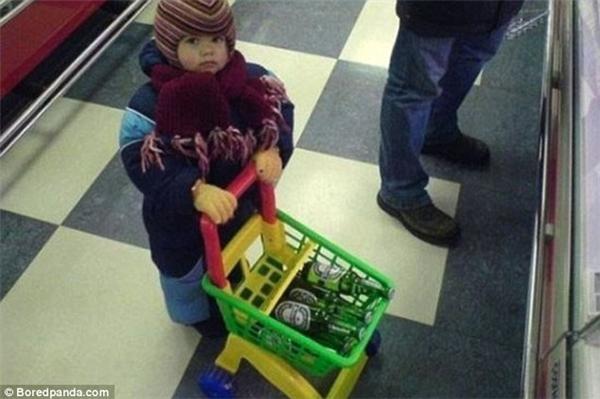 """""""Mua cho con cái xe kéo đồ chơi này đúng là hữu dụng mà. Nhìn xem, giờ con còn có thể phụ bố chuẩn bị cho buổi nhậu tối nay rồi này""""."""