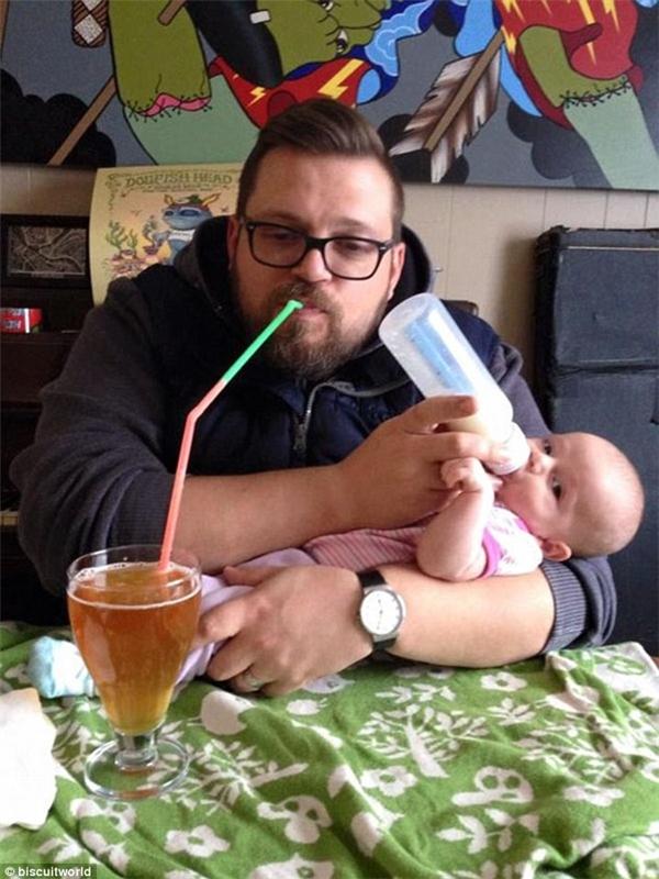 """""""Con uống sữa của con thì bố cũng phải có cái gì cho vào miệng chứ. Như thế gọi là công bằng đó con trai""""."""