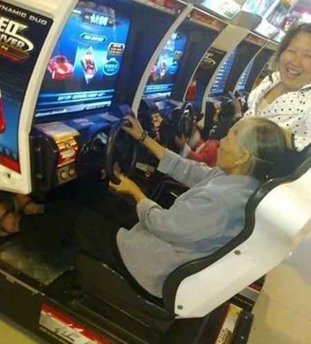 Con gái yên lặng cho mẹ tập trung lái xe coi nào.