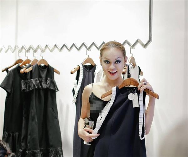 """Trước đó, khi tham dự buổi tiệc ra mắt một cửa hàng thời trang, Mai Ngô cũng từng khiến quan khách """"đỏ mặt"""" khi diện chiếc áo lụa mỏng manh và nói không với áo lót. Nữ người mẫu phải đứng trước nhiều ý kiến chỉ trích của dư luận."""