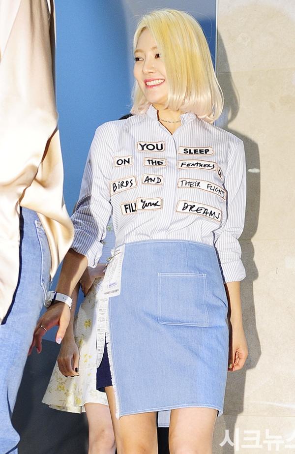 """Váy jean ngắn đóng thùng cùng áo sơ mi kiểu vô cùng đơn giản dễ dàng """"kéo dài"""" đôi chân của Hyoyeon (SNSD)."""