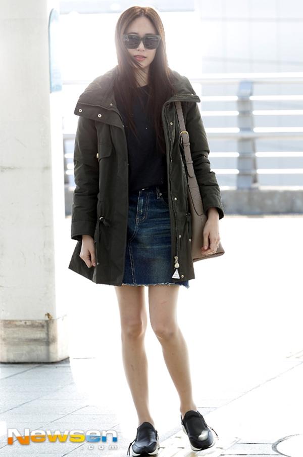 Nữ diễn viên Kim Hyo Jin diện váy jean đóng thùng cùng áo khoác to bản tạo cảm giác vô cùng thoải mái và ấm áp.
