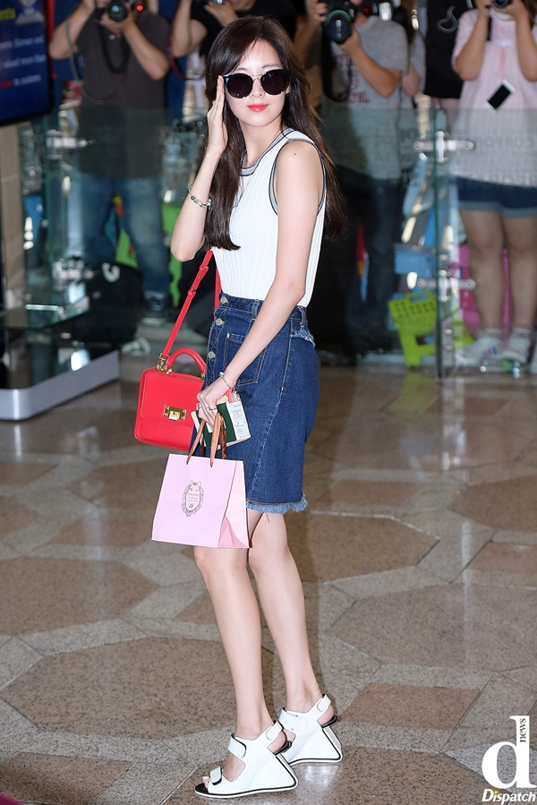 Seohuyn luôn biết cách tỏa sáng khi khéo léo khoe eo thon bằng áo thun ôm sát, váy ngắn jean trẻ trung và phá cách cùng đôi sandal lạ mắt.