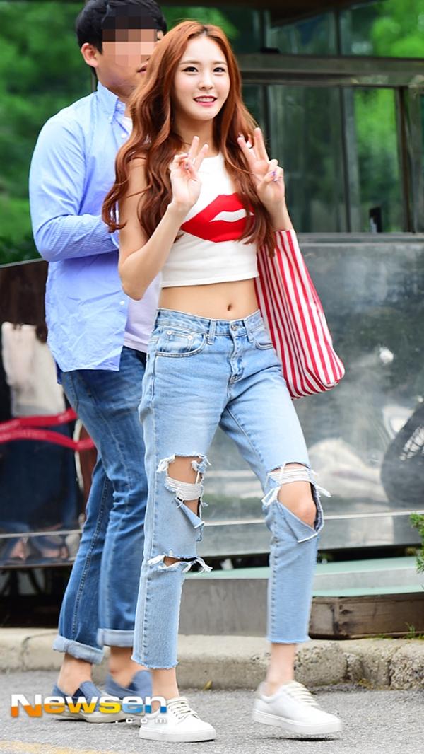 Crop top cùng jean rách luôn là combo cực chuẩn và trẻ trung miễn bàn.