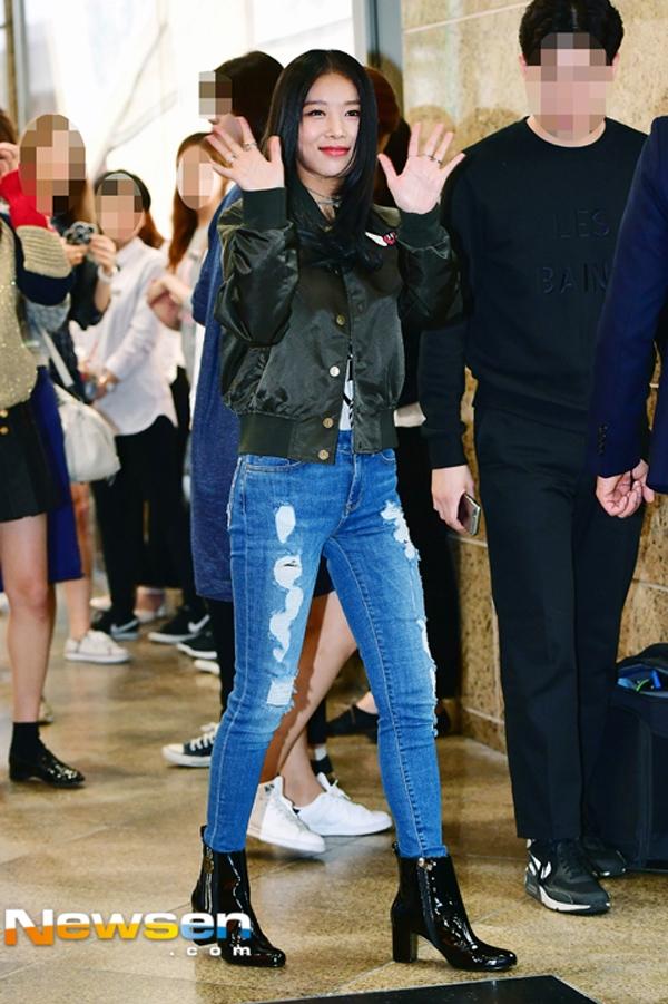 Yubin của Wonder Girl cá tính cực kỳ với áo khoác bomber và quần skinny rách.