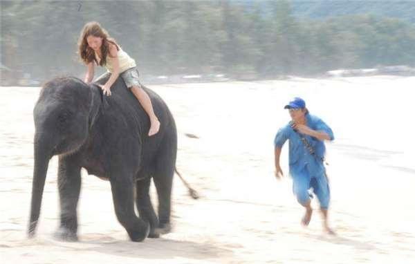 Ninh Nong cõng Amber trên lưng,chạy về hướng đất liền bất chấp các huấn luyện viên kéo giữ lại.