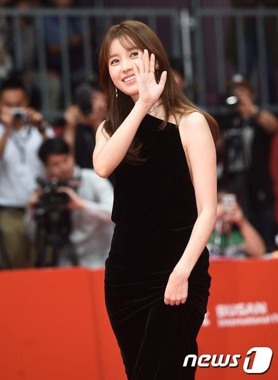 Han Hyo Joo rạng rỡ trên thảm đỏ. Thành công của bộ phim W - Hai thế giới khiến mỹ nhân này thu hút sự chú ý trong suốt thời gian qua.