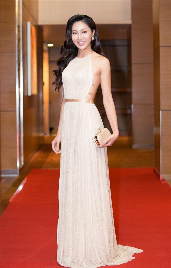 Đại diện Việt Nam tại Hoa hậu Thế giới năm nay diện bộ váy yếm cắt xẻ táo bạo ở phần lưng của nhà thiết kế Lê Thanh Hòa. Chất liệu ren, lụa mềm mại càng tôn lên vẻ ngoài thanh tú, ngọt ngào của Diệu Ngọc.