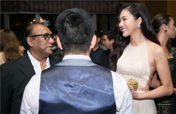 Trong buổi tiệc, Diệu Ngọc dành thời gian trò chuyện với quan khách nước ngoài. Người đẹp vô cùng tự tin vào khả năng giao tiếp bằng tiếng Anh. Đây cũng chính là một trong những lợi thế của Hoa khôi Áo dài Việt Nam 2016 khi tiến ra đấu trường quốc tế.