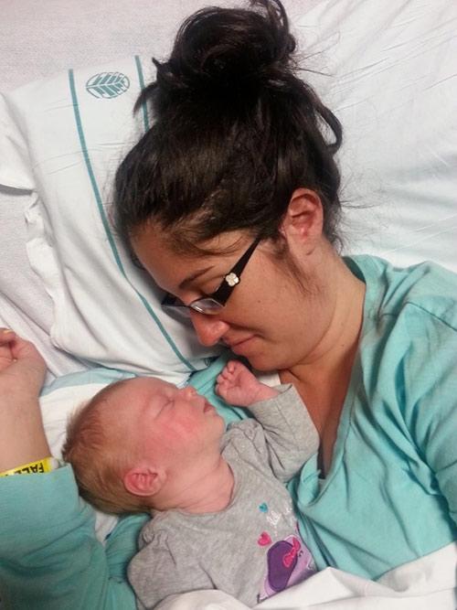 Sau một tuần nằm viện, bà mẹ trẻ 23 tuổi đã hoàn toàn thoát khỏi tình trạng hôn mê và cuối cùng đã có thể tự tay bế đứa con của mình.