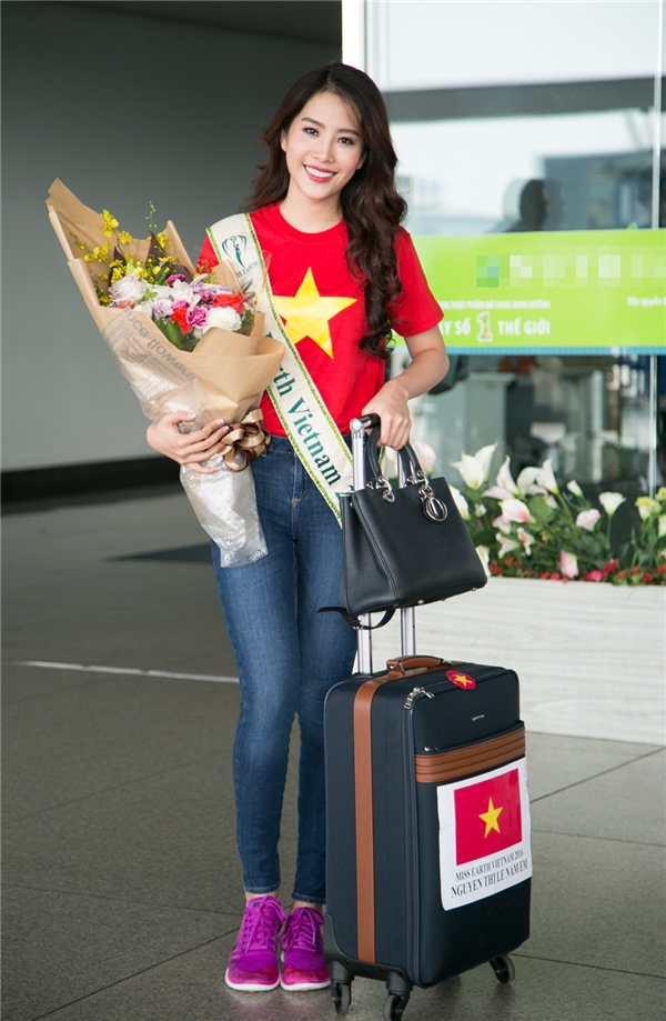 """Cô cũng từng lọt top 10 Hoa hậu Hoàn vũ Việt Nam 2015 và để lại dấu ấn ở cuộc thi ca hát Tình Bolero. Đó là hành trang để người đẹp tự tin khi bước ra sân chơi lớn và """"đương đầu"""" cùng áp lực công việc và sự tham gia của hơn 90 người đẹp khắp nămchâu."""